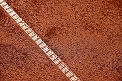 在网球红土网球场的湿气 免版税库存照片