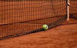 在网球红土网球场的网球 图库摄影