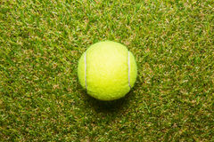 在网球草地网球场的网球 库存照片