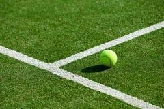 在网球草地网球场的网球 库存图片
