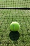 在网球草地网球场的网球 免版税库存照片