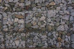 在网的石墙防止土壤,并且石头滑 库存图片