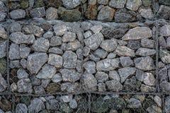 在网的石墙防止土壤,并且石头滑 免版税库存图片