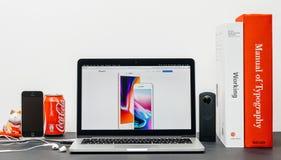 在网站上的最新的iPhone 8和8加号 库存图片