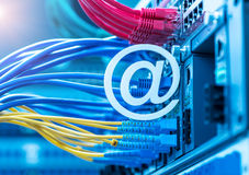给在网络转接和以太网电缆的标志发电子邮件 库存照片