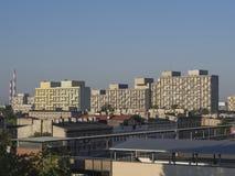 在罗兹市中心的看法与老塔公寓单元屋顶和 库存图片