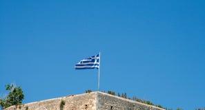 在罗希姆诺城堡,克利特,希腊的希腊旗子 免版税库存图片