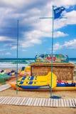 3 9 2016 - 在罗希姆诺市海滩的水上运动出租棚子在克利特海岛上 免版税库存图片