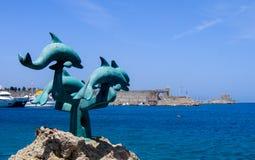 在罗得岛海岛上的海豚雕塑  图库摄影