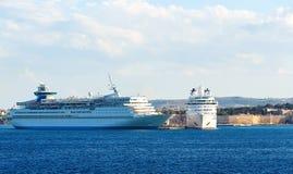 在罗得岛,希腊海岛口岸的两艘大白色游轮  图库摄影