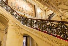 在罗德岛州豪宅的华丽楼梯细长立柱 免版税库存图片