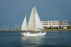 在罗斯托克港的航行游艇  免版税库存图片