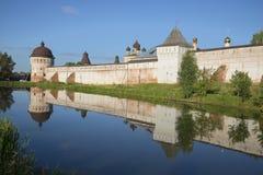 在罗斯托夫鲍里斯和Gleb修道院墙壁的夏天晚上  雅罗斯拉夫尔市地区 免版税图库摄影