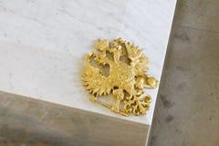 在罗曼诺夫棺材的金黄俄国双重朝向的老鹰 免版税库存照片