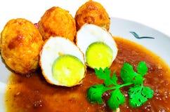 在罗望子树调味汁的鸡蛋 库存图片