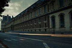 在罗浮宫前面的轻的足迹在晚上打开了 免版税库存照片
