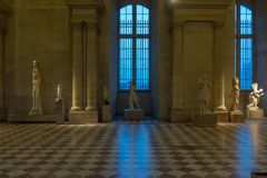 在罗浮宫巴黎法国的古老雕象 免版税库存图片