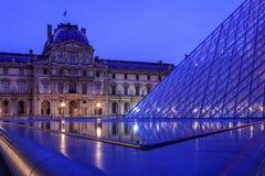 在罗浮宫的反射在巴黎 免版税图库摄影