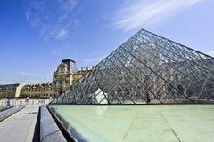 在罗浮宫的玻璃金字塔,巴黎 库存图片
