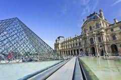 在罗浮宫的玻璃金字塔,巴黎 免版税图库摄影