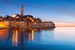在罗维尼中世纪镇的日落,五颜六色与房子和chur 免版税库存照片