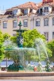 在罗西乌广场的古铜色喷泉 免版税库存照片