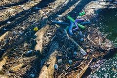 在罗阿诺克河找到的垃圾 库存图片