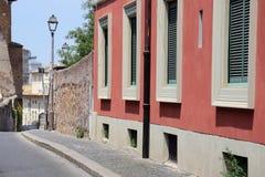 在罗马和典型的建筑学的街道场面 图库摄影