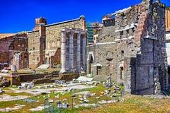在罗马和蓝天,意大利的古色古香的罗马废墟 免版税图库摄影