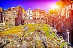 在罗马和蓝天,意大利的古色古香的罗马废墟 库存照片