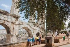 在罗马圆形剧场附近的游人普拉的,克罗地亚 库存图片