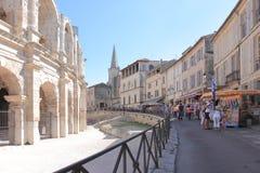 在罗马圆形露天剧场,阿尔勒,法国附近的旅游业 免版税图库摄影