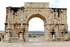 在罗马城市Volubilis的废墟的凯旋门在摩洛哥 图库摄影