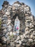 在罗马天主教堂地方信仰的小的圣母玛丽亚雕象 免版税库存图片