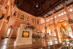 在罗马天主教堂里面的装饰在庄他武里Provi 库存照片