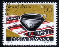 在罗马尼亚打印的邮票显示从系列罗马尼亚人瓦器的Marginea 免版税库存图片