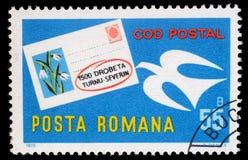 在罗马尼亚打印的邮票显示明信片和鸽子,介绍邮编系统 库存图片