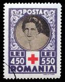 在罗马尼亚打印的邮票显示红十字会的女王海伦妮 图库摄影