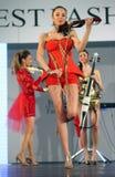 在罗马尼亚时装表演的女性模型在布加勒斯特市 图库摄影
