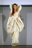 在罗马尼亚时装表演的女性模型在布加勒斯特市 库存图片