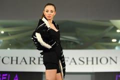 在罗马尼亚时装表演的女性模型在布加勒斯特市 库存照片