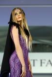 在罗马尼亚时装表演的女性模型在布加勒斯特市 免版税库存照片