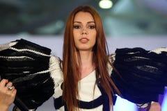 在罗马尼亚时装表演的女性模型在布加勒斯特市 免版税库存图片