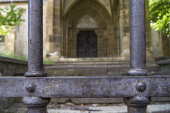 在罗马尼亚金属化在一个老教会前面的门 免版税库存照片