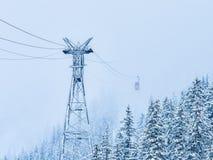 在罗马尼亚Fagaras, Balea湖的山的红色缆车 免版税图库摄影