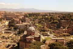 在罗马广场的废墟的风景看法在罗马,意大利 免版税库存图片