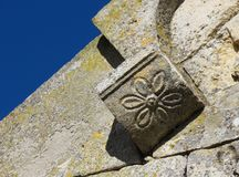 在罗马式门面的雕刻的花卉细节 库存图片