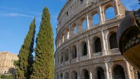 在罗马斗兽场前面的石榴雕塑 股票录像