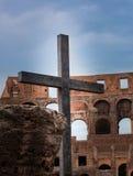 在罗马斗兽场的常设十字架 免版税图库摄影