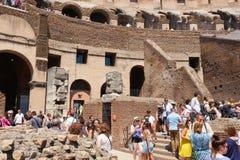 在罗马斗兽场的废墟的里面访客在中央罗马 免版税库存照片